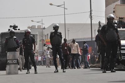 Dernière minute: La police commence à lancer des grenades lacrymogènes