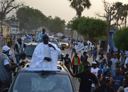 Idrissa Seck, descendu de sa voiture pour marcher vers la Place de l'Indépendance, est attaqué à la grenade lacrymogène