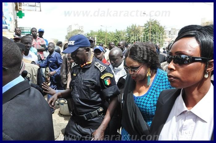 Que se disent Diouma Diakhaté et le commissaire Arona Sy à la Place de l'Indépendance ?