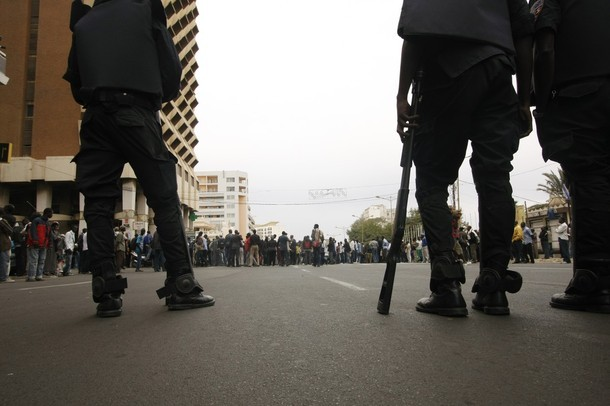 Dernière minute: La Place de l'Indépendance se remplit peu à peu et les policiers lancent des grenades lacrymogènes.
