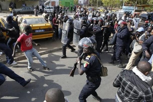 Dernière minute: Les yenamarristes tentent de forcer un cordon policier à côté de Thiong