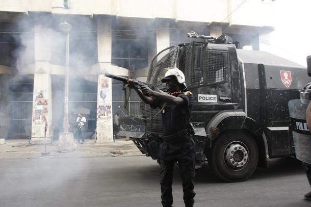 Dernière minute : les policiers balancent des grenades sur les journalistes.