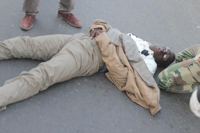 La photo choquante de Cheikh Bamba Dièye évanoui après avoir été attaqué par la police