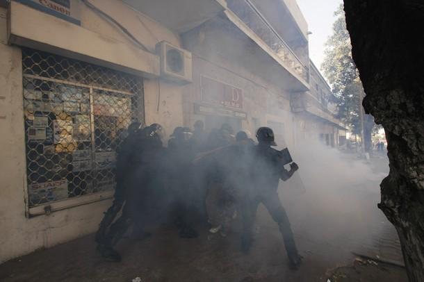 Dernière minute: Un policier lynché puis relâché par les manifestants.