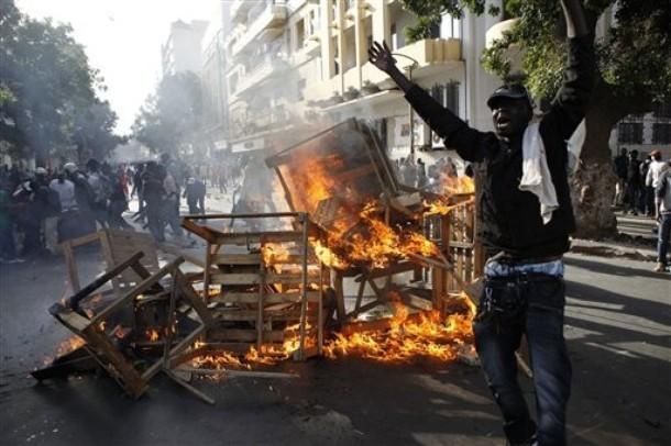 Dernière minute: Les manifestants gagnent du terrain et repoussent les policiers jusqu'au ministère de l'Intérieur.