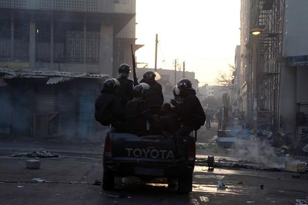 Dernière minute: A Cambérène, encerclés par les manifestants, les gendarmes se replient.