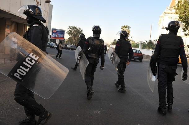 Dernière minute : à Cambérène, la police vient d'arriver et les grenades fusent de partout.