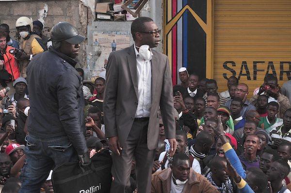 Youssou Ndour blessé au pied par une grenade lacrymogène à la manifestation