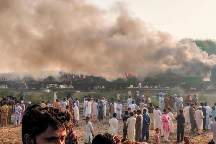 Pakistan : 65 personnes périssent dans un  incendie à bord d'un train.