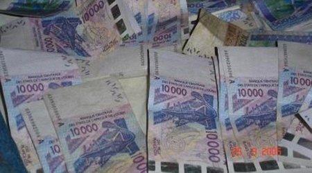 Ousmane Diop, un responsable libéral, distribue des liasses de billets devant un bureau de vote