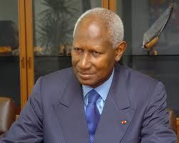 Abdou Diouf vote en silence à Paris