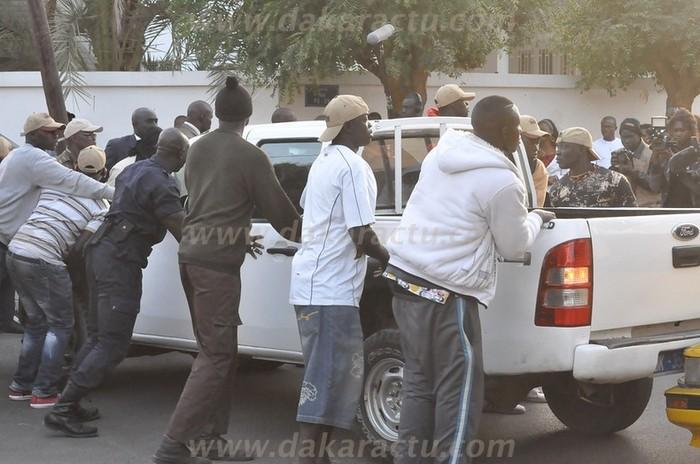 La garde rapprochée de Macky Sall déplace la voiture qui obstrue le passage