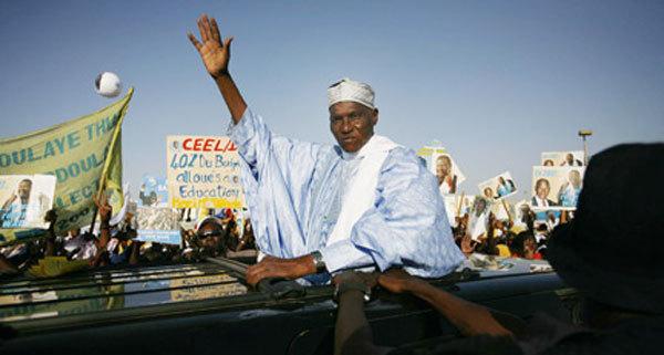 En visite dans le village natal de sa mère, Abdoulaye Wade s'autoproclame chef du village d'Oudoucar.