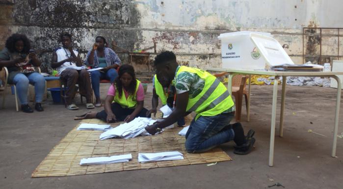 Guinée Bissau : Début du dépouillement des votes à ciel ouvert.