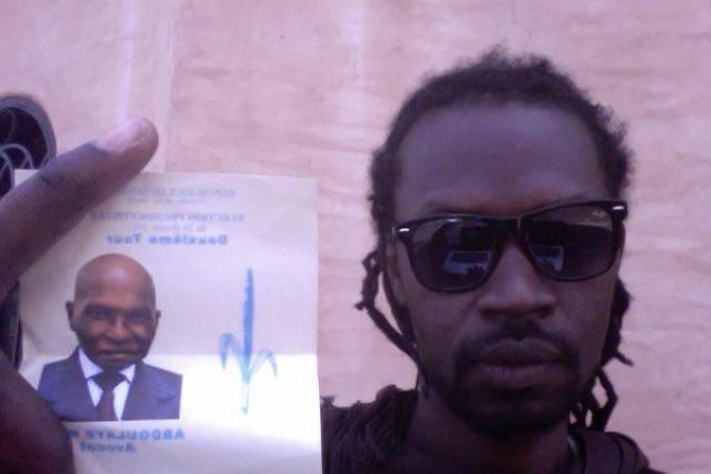 Le rappeur Gunman Xuman exibe le bulletin de vote de Wade à sa sortie du bureau de vote