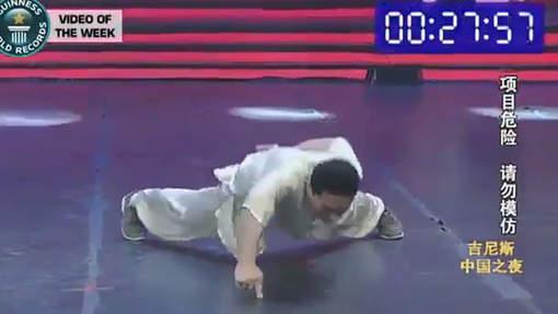 Il bat le record de pompes sur un doigt (vidéo)