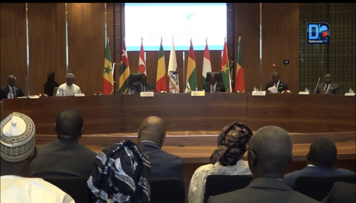 Session extraordinaire des chefs d'État et de gouvernement : La Conférence décide d'une contribution immédiate de 100 millions de dollars aux trois pays membres de la ligne de front du G5 Sahel