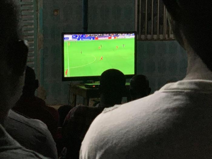 A Kédougou le ministre de l'intérieur regarde en pleine rue le match Salzbourg - Liverpool.