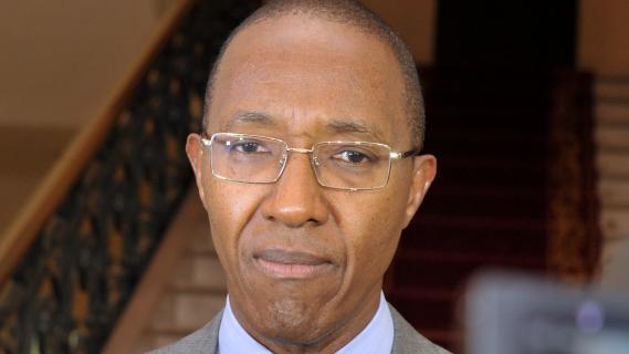 Après sa nomination, Abdoul Mbaye est allé se recueillir sur la tombe de son père.