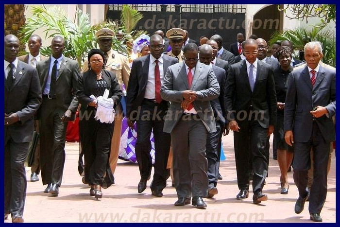 Le président de la République et les membres du gouvernement à la sortie du premier conseil des ministres.