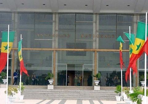 L'Assemblée nationale en plénière pour voter le report des législatives.
