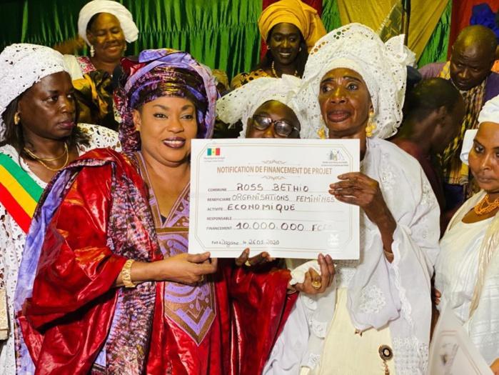 Dagana : Le ministre Ndèye Saly Diop Dieng octroie un financement de 80 millions Fcfa aux femmes des 11 communes.