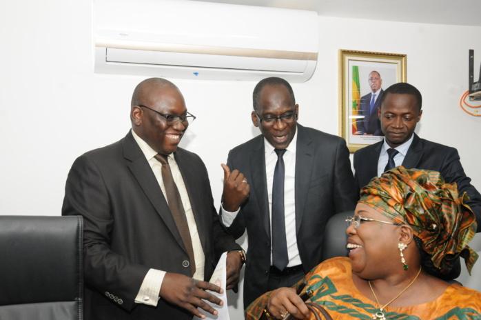 LUTTE CONTRE LE COVID-19 : La présidente du HCCT, Aminata Mbengue Ndiaye remet un chèque de 20 millions à Abdoulaye Diouf Sarr.