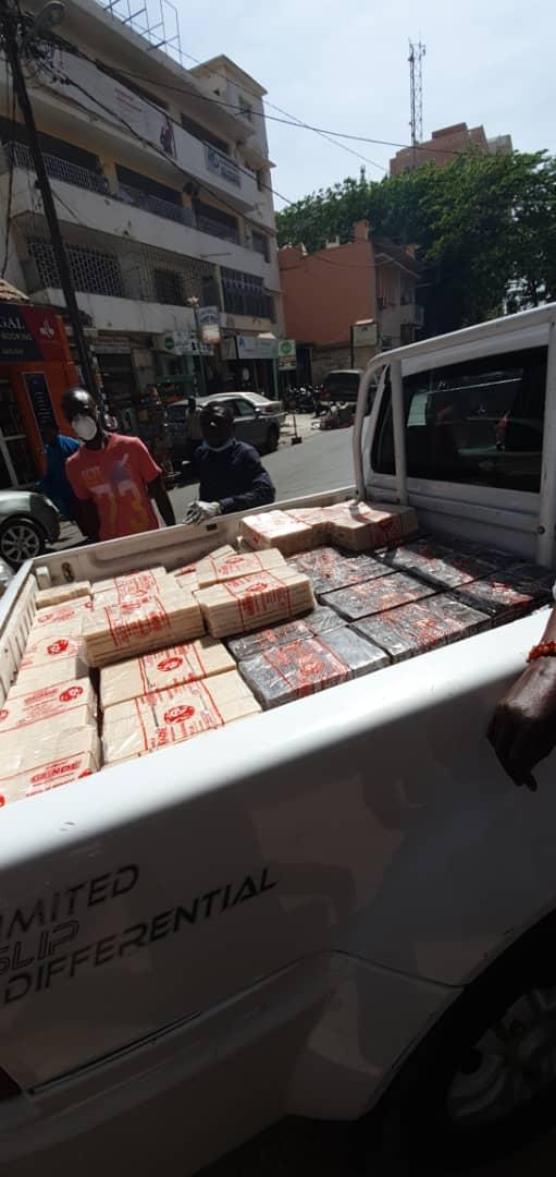 Lutte contre le Covid-19 : L'épouse d'El Hadj Diouf, Valérie Bishop, distribue des produits antiseptiques en centre-ville.
