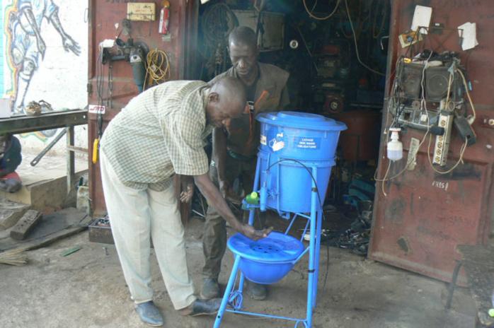 Prévention du Coronavirus : La DER/FJ commande et distribue un kit de lavage artisanal conçu par un artisan de Tambacounda.