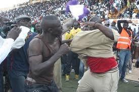 Dernière minute: Affrontements entre supporters de Modou Lô et ceux de Gris Bordeaux.