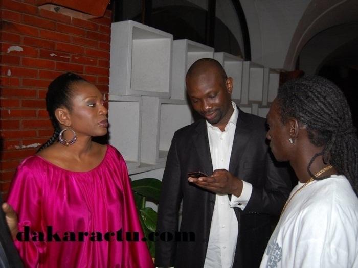 Ngone et Ibou Ndour, petite-soeur et petit-frère du ministre de la Culture, en discussion avec un rappeur