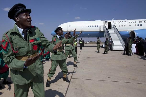 Au Malawi, les militaires dansent à l'arrivée d'Hillary Clinton
