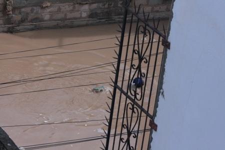 Après les pluies d'hier, les Dakarois nagent pour sortir de chez eux (Images)