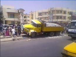 Dernière minute: Un camion tue un motocycliste et blesse plusieurs personnes.