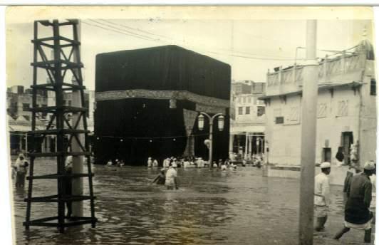 Images de la kaaba lors de l 39 inondation de l 39 an 1365 de l for A l interieur de la kaaba
