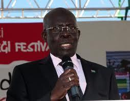 Menacé d'expulsion, le Haut commissaire de la Gambie au Sénégal répond présent.