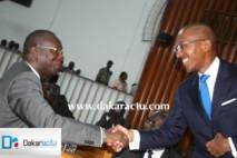 Poignée de main entre le premier ministre Abdoul Mbaye et Souleymane Ndéné Ndiaye