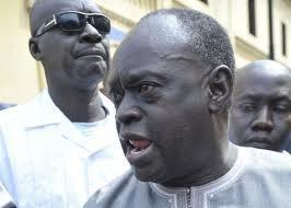 Me El Hadj Diouf tente de forcer le barrage constitué par la sécurité de Macky Sall.
