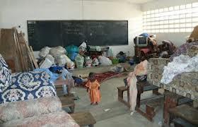 Les sinistrés des inondations continuent de camper dans les classes du pays