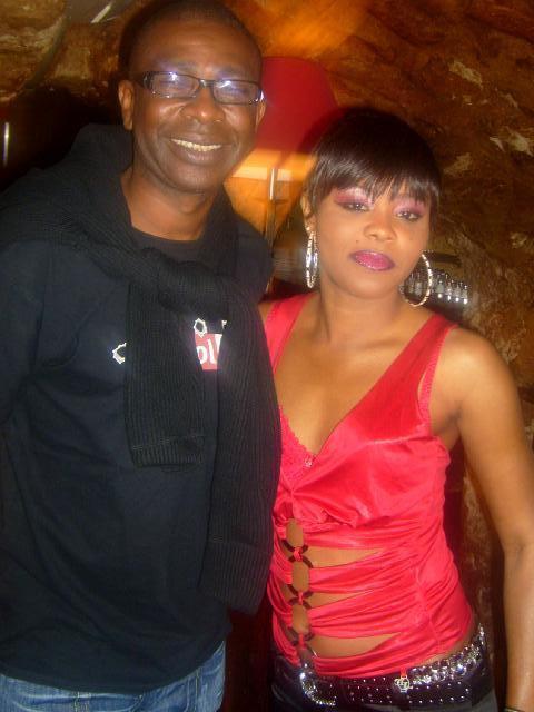 Youssou Ndour en compagnie de la chanteuse Khady Mbaye á paris