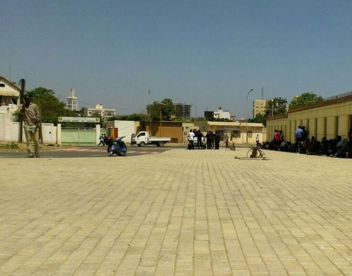 Dernière minute : les thiantacounes s'installent devant la prison de Rebeuss.