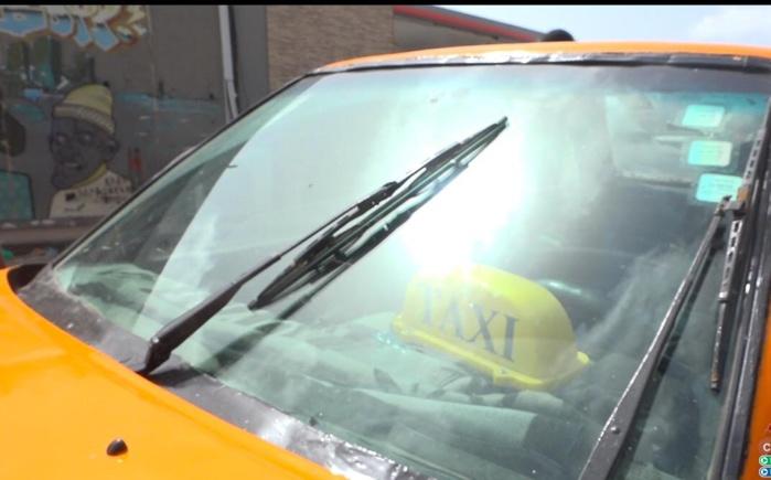 « Reportage du Jour » : À la rencontre des vendeurs d'essuie-glaces, l'appareil très prisé par les automobilistes pendant la saison des pluies