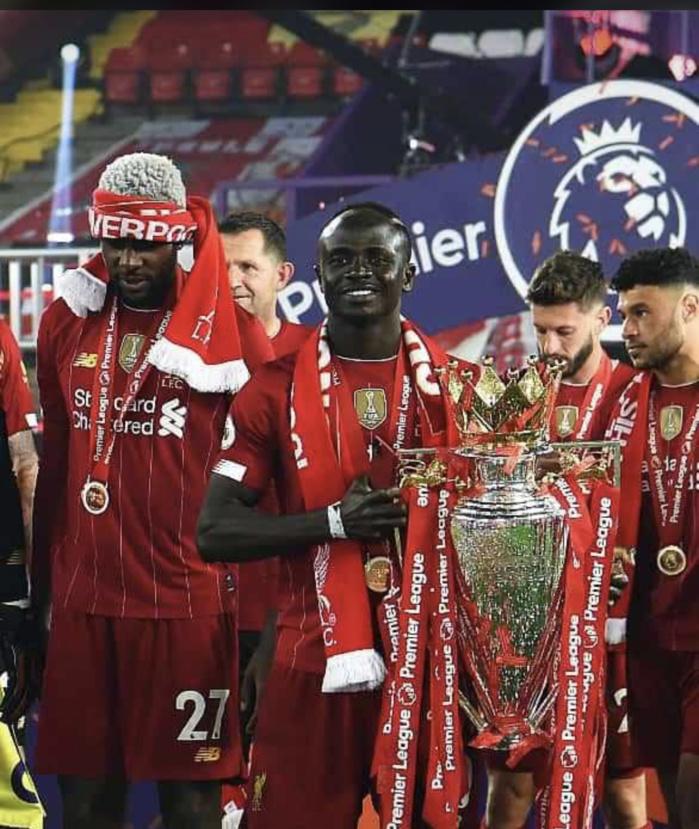 Premier League : Sadio Mané a officiellement soulevé le trophée suite à la victoire de Liverpool 5-3 sur Chelsea.