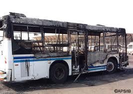 """Des manifestants mettent le feu dans un bus """"tata"""" bondé de monde."""