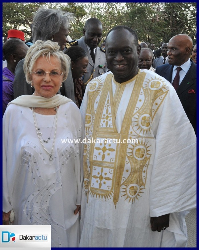 Me El hadj Diouf très content de prendre une pose avec l'ex première Dame Mme Viviane Wade