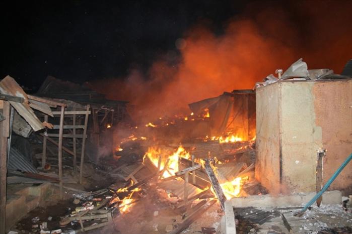 Incendie au marché central de Louga : Des dizaines de cantines parties en fumée.