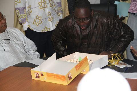 Le président de la république, Macky Sall  et son gâteau d'anniversaire