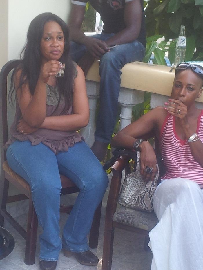 Aicha, la seconde femme de Djimmy Mbaye en compagnie de sa soeur Adji Ba, la jet-setteuse la plus connue en terre gambienne et qui vit actuellementaux Usa
