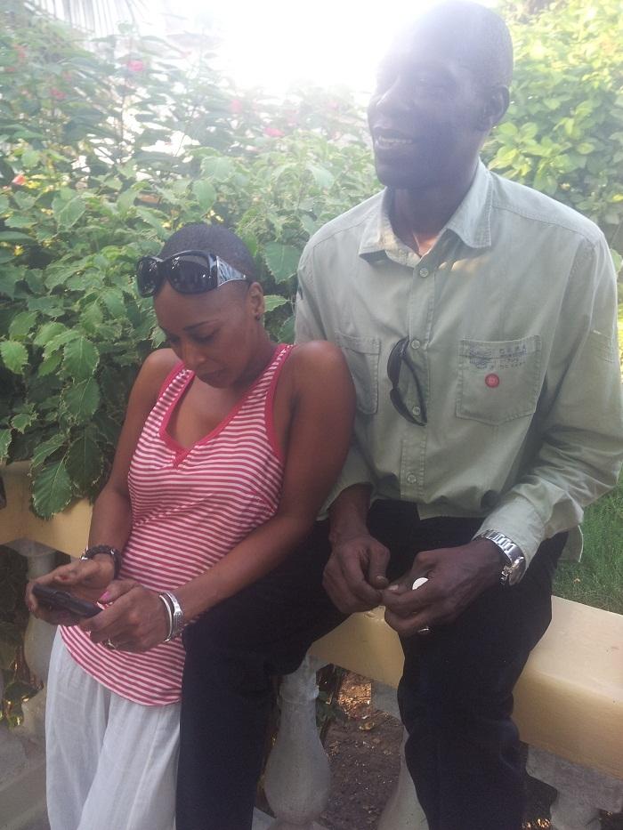 Jimmy Mbaye posant avec la jet-setteuse gambienne Adji