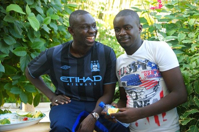 Modou, l'étudiant surdoué et frère du musicien Pape Diouf veut se faire une carriére de ''tassou''. Il cherche ici à convaincre son frangin